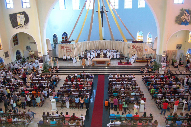 Fiéis lotam o Santuário São Benedito na Festa de Corpus Christi