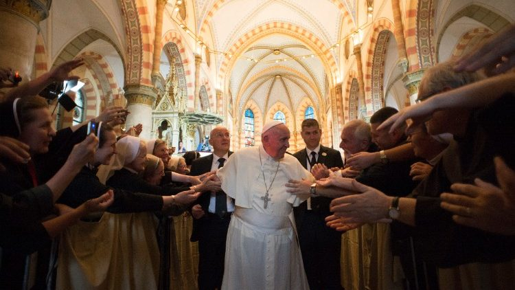 Aumentam os católicos no mundo e diminui o número de sacerdotes
