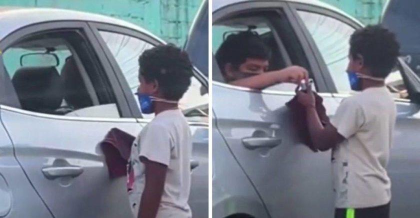 Garotos se tornam amigos no trânsito e trocam presentes; vídeo emociona internautas